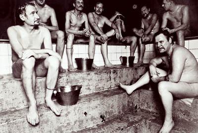 miehet kotiharjun saunan lauteilla
